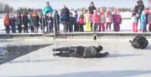 Jak nie utonąć pod lodem. Zobacz, jak radzą sobie policjanci, strażacy i ratownicy [wideo]