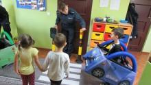 O przechodzeniu przez jezdnię, odblaskach i bezpiecznej zabawie. Suwalscy policjanci w Jeleniewie