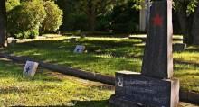 Rosjanie odwiedzają cmentarze żołnierzy radzieckich. W niedzielę będą w Suwałkach