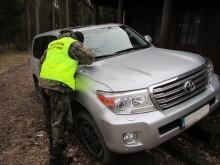 Toyota za 300 tys. zł porzucona nad jeziorem [zdjęcia]