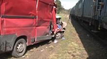 Fiatem Ducato wjechał pod pociąg. Wypadek na trasie Suwałki - Trakiszki [wideo]
