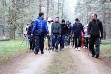Wspólny spacer z kijkami, ognisko i poznawanie lasu. Wiosenny integracyjny Rajd Nordic Walking