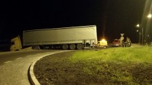 Raczki. Ciężarówka zjechała do rowu [zdjęcia]