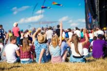Siedem powodów, dla których warto pojechać na festiwal. Emocje, przyjaźnie, idole i super wakacje