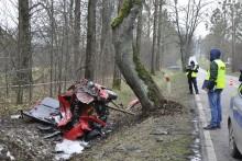 Śmiertelny wypadek koło Gołdapi. Kierowca uderzył w drzewo