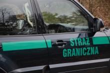 Pogranicznicy oddali ostrzegawcze strzały. Kierowca bez prawa jazdy, pasażer z marihuaną