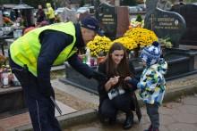 Czuwają nad bezpieczeństwem odwiedzających cmentarze. Akcja Znicz w województwie [zdjęcia]