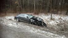 Ścięła znaki drogowe, uderzyła w wiatę i drzewa. Groźny wypadek koło Olecka