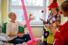 """Dzień piękności i radości dla mam - akcja dla mam chorych dzieci od Fundacji """"Dr Clown"""" w Suwałkach"""
