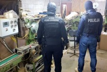 Policjanci z Wołomina oraz funkcjonariusze KAS i CBŚP zlikwidowali nielegalną fabrykę papierosów