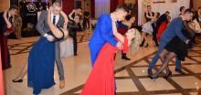 Studniówka 2018 w Suwałkach. VII LO tanecznym krokiem do matury [zdjęcia]