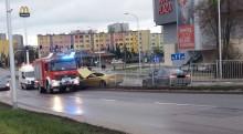 Auto przełamało barierki na wysokości Plazy. Zawiodła kontrola trakcji? [zdjęcia]