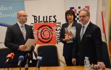 Marszałek województwa na pierwsze spotkanie w suwalskim ratuszu przywiózł ponad 3 mln zł dotacji