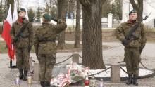 Rocznica katastrofy smoleńskiej. W Suwałkach znicze i kwiaty pod pomnikiem i Dąbkiem Wolności [foto]