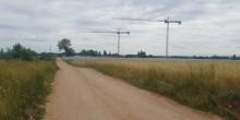 Dwa żurawie w szczerym polu.  Osiedle mieszkaniowe z widokiem na ogrody działkowe [zdjęcia]
