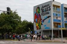A. Pągowski odsłonił mural. Jest też nowa gwiazda na Chłodnej. Rusza Suwałki Blues Festival [wideo]