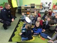 Funkcjonariusz gołdapskiej komendy wraz z sierżantem Gołdapkiem odwiedzili dzieci [zdjęcia]