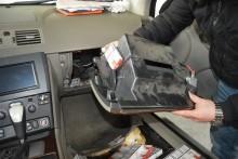 Jak przystosować auto do przemytu. Konsola, zderzak, drzwi i zbiornik paliwa pełne papierosów [foto]
