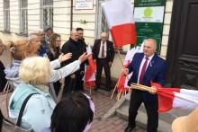 Poseł Lech Kołakowski rozdawał flagi. Udanego świętowania [zdjęcia]