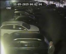 Podpalił samochód i uciekł. Suwalscy policjanci poszukują wandala