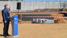 Areszt Śledczy w Suwałkach z halą produkcyjną w budowie. Jest mur i kamień węgielny [wideo i foto]