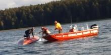 Akcja ratownicza na jeziorze Wigry. Wywróciła się łódź kabinowa, żeglarze bez kamizelek