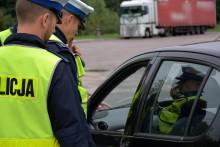 Jedna ręka na kierownicy, w drugiej telefon. Policjanci wypisali siedem mandatów
