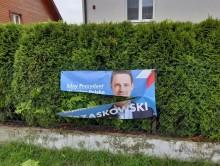 Zniszczone banery wyborcze Rafała Trzaskowskiego w Raczkach i Dowspudzie
