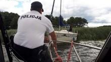 Jezioro Wigry. Policjanci i WOPR-owcy pomogli turystom