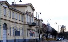 Remont elewacji budynków I LO w Suwałkach. Rozstrzygnięty przetarg tylko na okna i drzwi