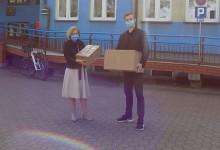 Radny młodzieżowego sejmiku z maseczkami i rękawicami dla Domu Pomocy Społecznej Kalina