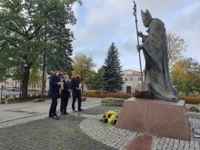 Pod pomnikiem w Suwałkach. Dzień Papieża Jana Pawła II