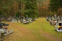 Cmentarze zamknięte na trzy dni. Seniorzy w domach, jak najwięcej zdalnej pracy