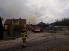 Pożar gospodarstwa w Koniecborze. W akcji biorą udział strażacy z całego regionu [zdjęcia]