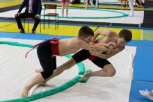 Sporty walki. Karatecy i zapaśnicy trenują na powietrzu, do rywalizacji mają wrócić we wrześniu