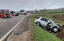 Wypadek w Moczydłach koło Raczek. Osobówka zderzyła się z busem