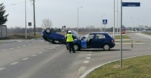 Wypadek na ulicy 100-lecia Niepodległości. Samochód z kursantką dachował [zdjęcia]