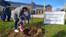 Wspólne sprzątanie i posadzenie drzewa. Dzień Ziemi na suwalskich bulwarach [zdjęcia]
