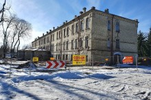 Dom pomocy społecznej Caritas w Suwałkach. Jest kolejna dotacja na remont pokoszarowego budynku