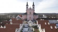 Pokamedulski klasztor w Wigrach. Górny taras eremów już po remoncie, poświęcenie kaplicy [wideo]