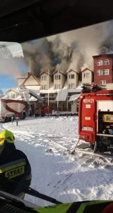 Pożar hotelu w Augustowie. Z ogniem walczy około 100 strażaków [zdjęcia]