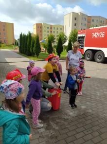 Strażacy odwiedzają przedszkola. Odważne maluchy z Przedszkola nr 6 [zdjęcia]