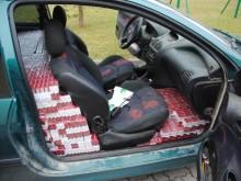 Auto na podrobionych numerach, papierosy za 220 tys. i kierowca w krzakach