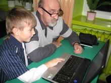 Uczą dziadków internetu. Nie na przedstawienie, a do komputerów [ zdjęcia]