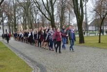 Zatańczyli poloneza w parku. Uczniowie ZST zapoczątkowali tradycję [wideo i zdjęcia]